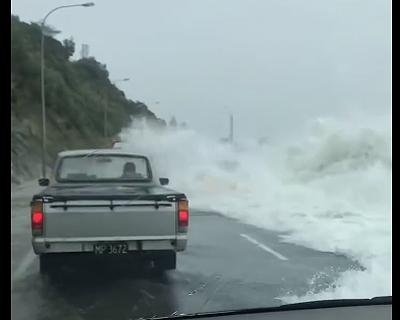 大波が車に押し寄せる