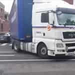 交差点で左折するトラック