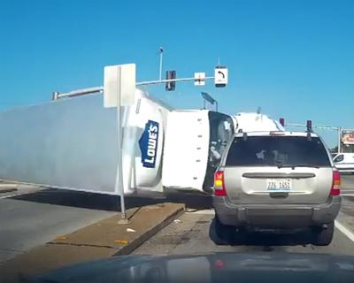 トラックが突っ込んで来る