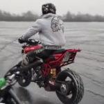 凍った川をバイクで走る