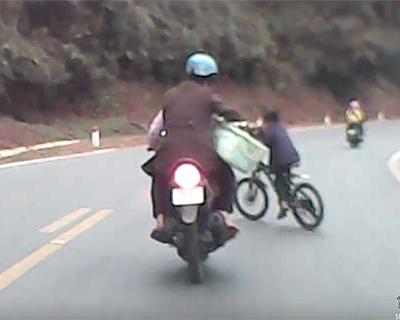 自転車で横切る