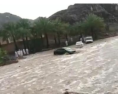 洪水で流される車