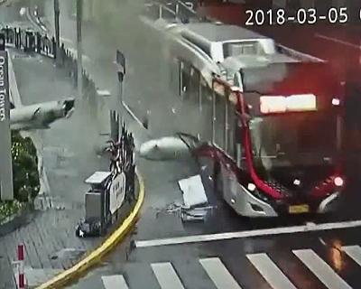 柱がバスに直撃