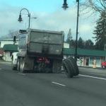 トラックのタイヤが外れる