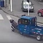バイクを轢き逃げ