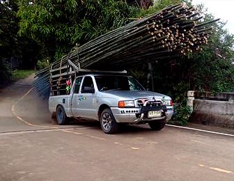 竹を運ぶトラック