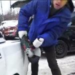 車を電気ノコギリで切ってしまう