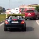 救急車を妨害するスポーツカー
