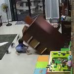 タンスが倒れる