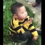 タバコを吸う少年