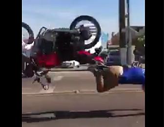 バイクが転倒