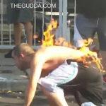 男性に火を付けすぐ消す
