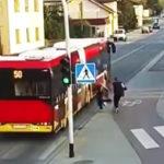バスに突き飛ばす