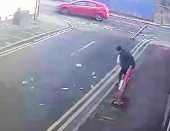 強盗が強風でお札をまき散らす
