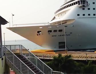 クルーズ船が桟橋に突っ込む