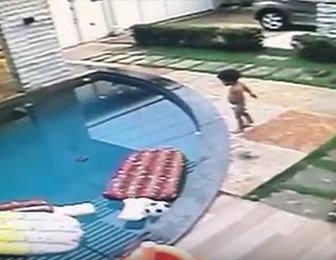 プールに落ちた赤ちゃんを助け出す