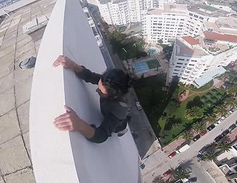 高層ビルの淵で懸垂