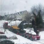 トラックが雪の坂道を登る