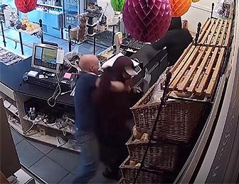 パン屋に強盗2人