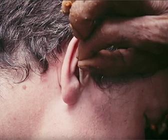 部族の耳掃除