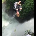 滝に飛び込む