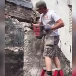 仕事初日の解体作業員