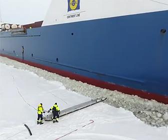 移動する船の乗り込む