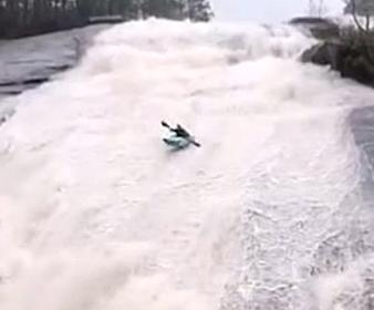 滝をカヤックで滑り降りる