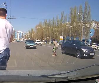 車道を横断する女性