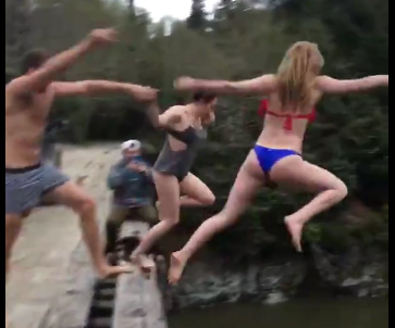 橋から飛び込む