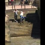 階段で滑る