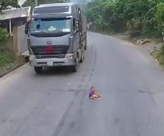 赤ちゃんが車道で座り込む