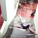 階段で転ぶ