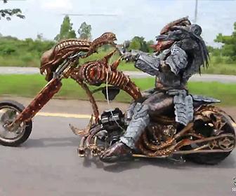 バイクに乗るプレデター