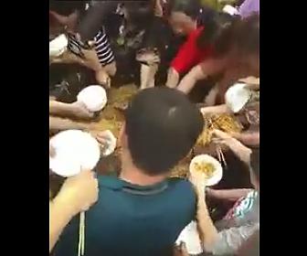 麺を奪い合う中国人