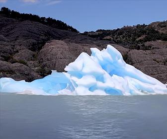 【動画】氷山観光船の目の前で巨大な氷山がひっくり返る衝撃映像