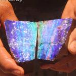 【動画】鉱山労働者が割った石から綺麗なオパールが出てくる衝撃映像