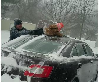 【動画】車に積もった雪を斬新な方法で取り除く衝撃映像