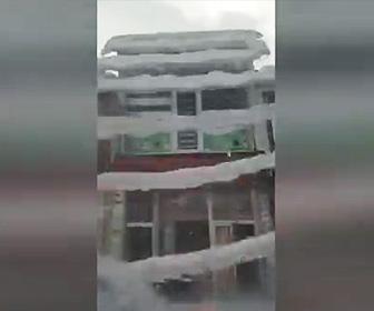 【動画】建物の屋根から大量の雪が落下してくる衝撃映像