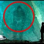 【動画】氷の中から発見された謎の物体