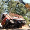 【動画】横転した大型トラックをクレーンで起こすが、まさかの結果に