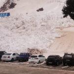雪崩が車を飲み込む