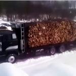トラックから材木を降ろす