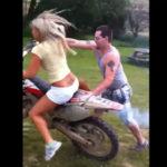 オフロードバイクに乗る女性